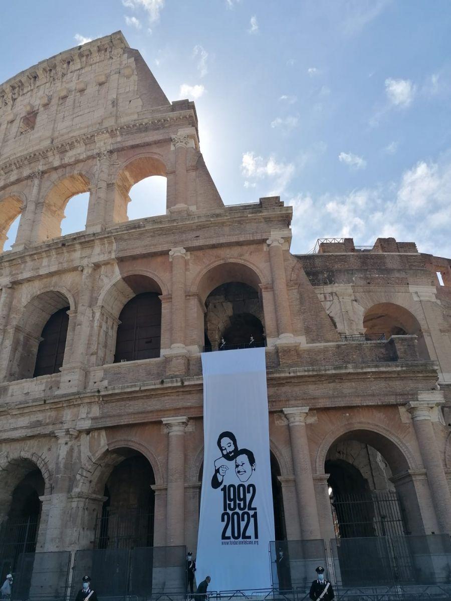 Il lenzuolo appeso sul Colosseo
